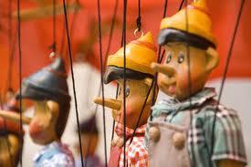 המריונטות בדמותו של ראש ממשלת פינוקיו ופינוקיו ופינוקיו